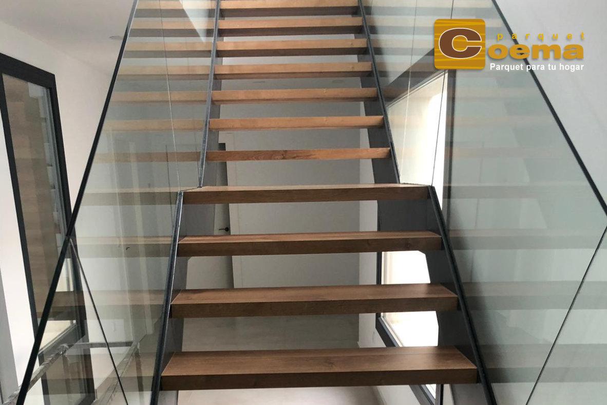 Escaleras de estructura metálica recubierta de tarima laminada