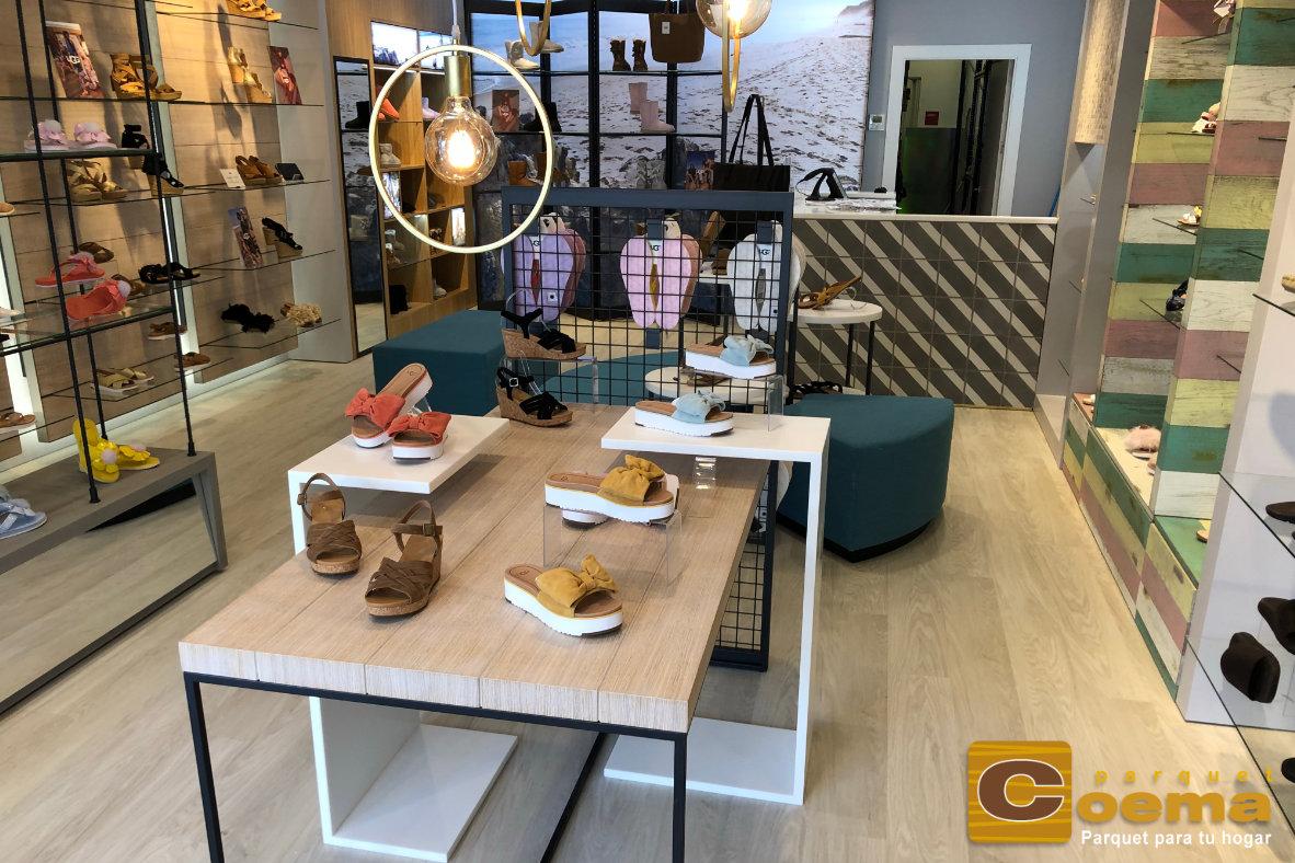 Instalación de pavimento vinílico en duelas en tiendas UGG