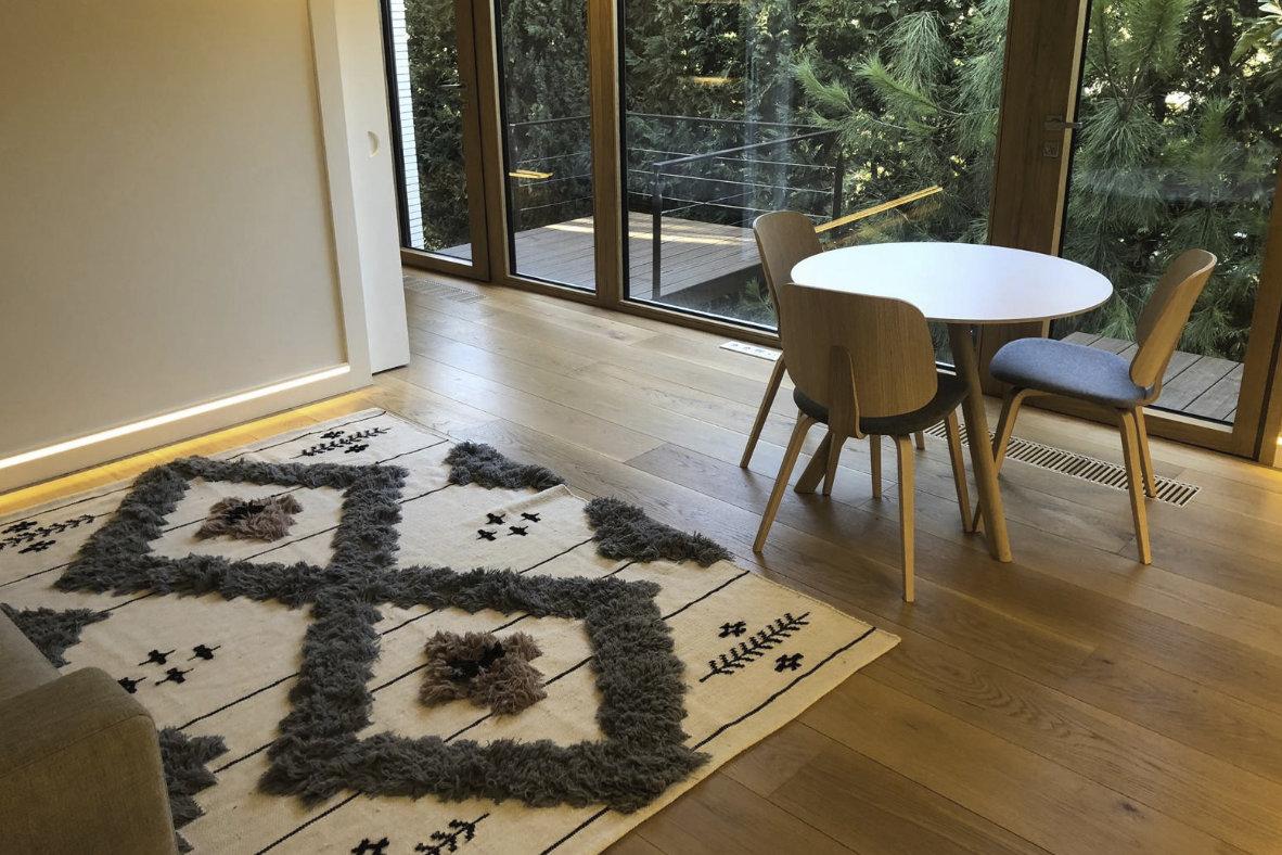 Instalación tarima tricapa de roble en vivienda unifamiliar de lujo